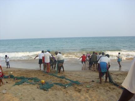 Fischer beim Netzeinholen