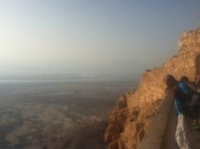 Blick in die Tiefe zum Toten Meer