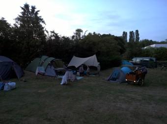 Zeltlager bei Nacht