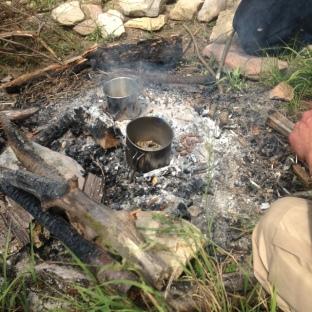 Rösten des Take-Away Foods am Feuer